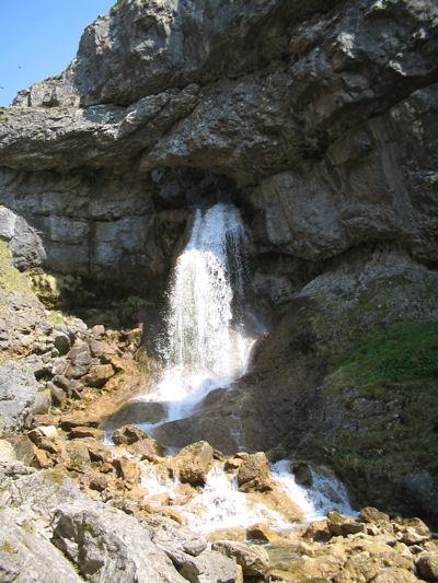 Gordale_Scar_waterfall%2C_below.jpg