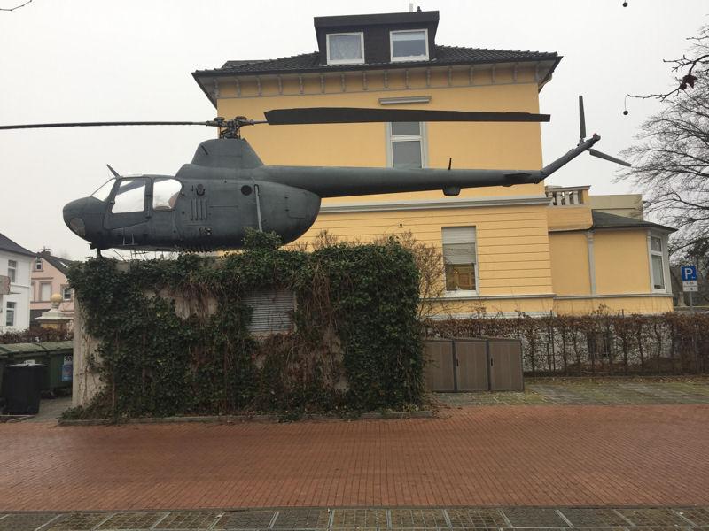 Hubschrauber von Michael Sailstorfer im Außenbereich des MartA Herford