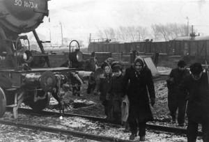 Illus-dpd Die Not nach dem Zusammenbruch! Kohlendiebe auf den Bahnhöfen in der britischen Zone im Winter 1946/1947. (Photodienst Hamburg)  497-47