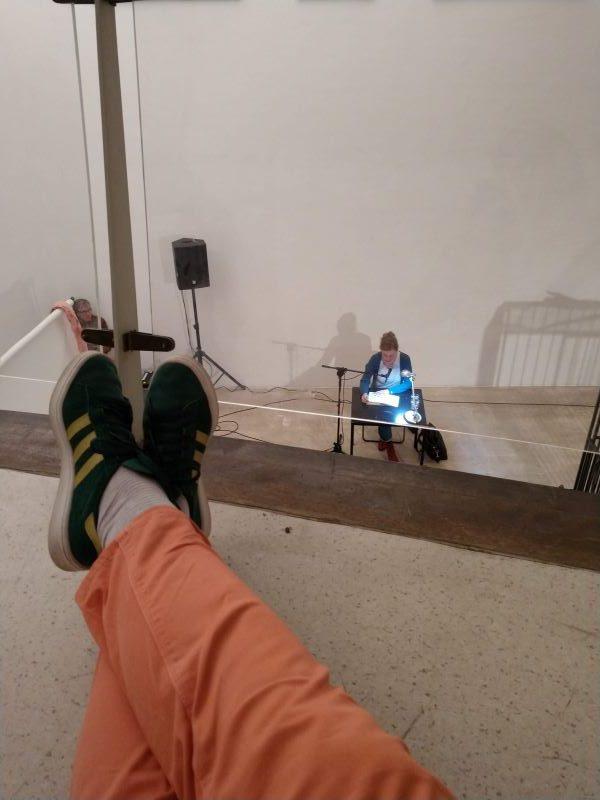Blick an den Füßen vorbei runter auf die Lesung von Mariana Leky. Die Artothek war brechend voll.