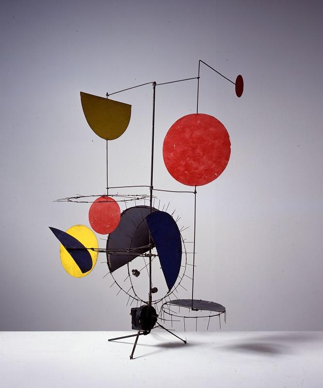 Ohne Titel 1954 Dreifuss aus Eisen, Metallstäbe und -drähte, 9 verschiedenfarbige Metallelemente, Elektromotor 78 × 60 × 48 cm