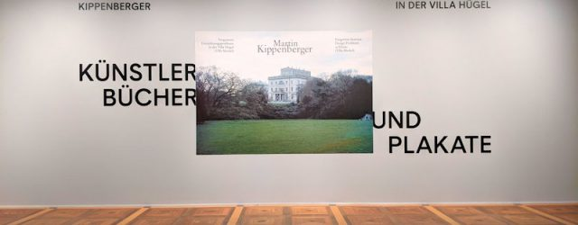 Eingang zur Ausstellung Künstlerbücher und Plakate von Martin Kippenberger in der Villa Hügel. Schriftzug und ein Foto mit der Villa Hügel