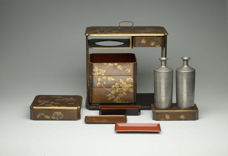 picknickset_mit_loewen-_und_paeoniendekor__japan__spaete_edo-zeit__1603-1868__inv-nr-_oa21826_3__copyright_linden-museum_stuttgart__foto_a-_dreyer