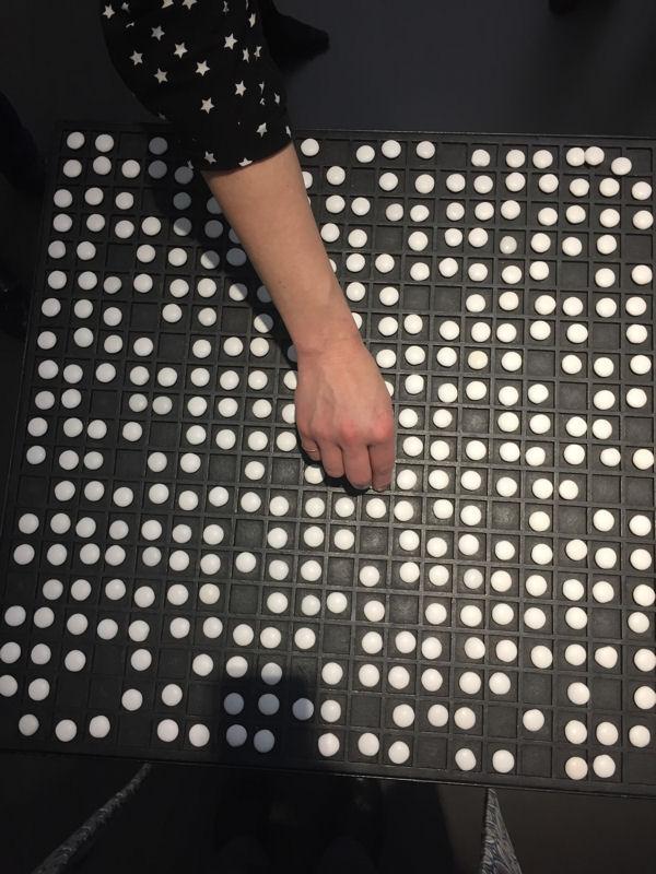 """Foto von der Arbeit """"Esskultur"""" von Dieter Hacke in der Ausstellung """"unerwartet. Die Kunst des Zufalls"""""""