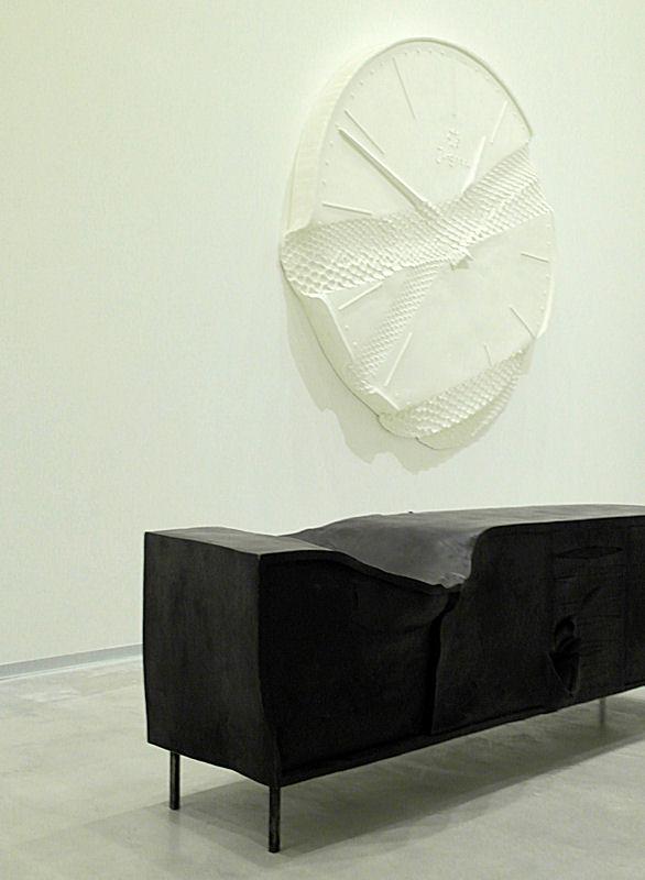 Foto: Marc Lippuner Horse 2015, Bronze, schwarzer Edelrost, Eisen,65 × 203 × 63 cm Lost 2015, Polyester, Eisen, Acrylfarbe, 210 × 201 × ca. 20 cm